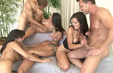 Gruppovoi-seks-molodenkikh-par-zakonchilsia-obmenom-partnerami