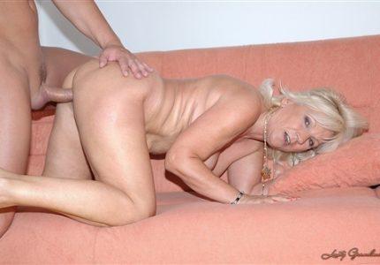 Seks-s-blondinkoi-v-vozraste-i-ee-partnerom-doma